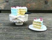 Torta in miniatura con porta torta, casa delle bambole, collezionismo, pasticceria in fimo, torta a strati, dolci in fimo