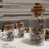 Collana e orecchini bottiglietta con fiori secchi