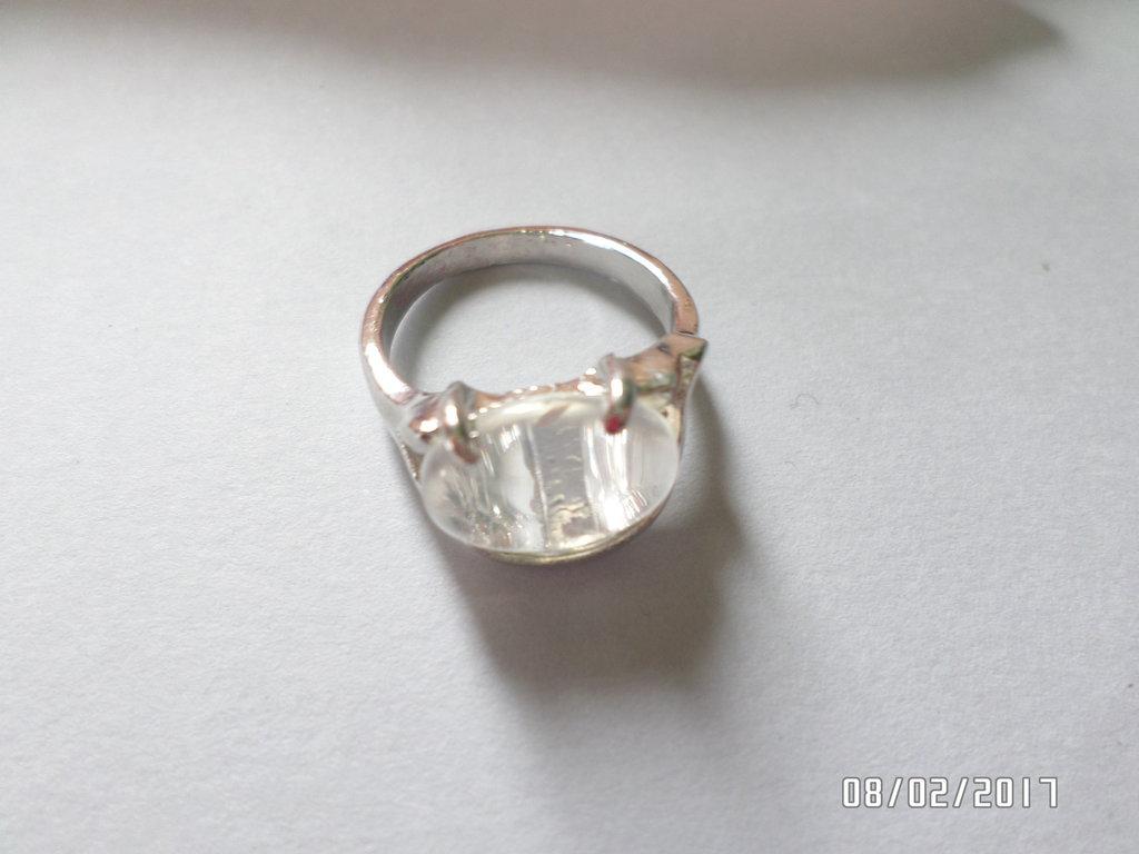 anello pietra di quarzo ialino in metallo su misura