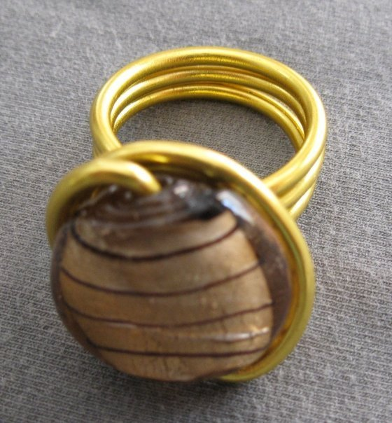 Anello alluminio con perla in vetro marrone
