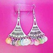 orecchini con pendenti colorati in madreperla semi-preziosa