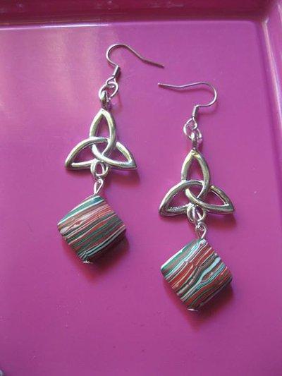 orecchini pendenti con pietre semi preziose di malachite e simboli celtici