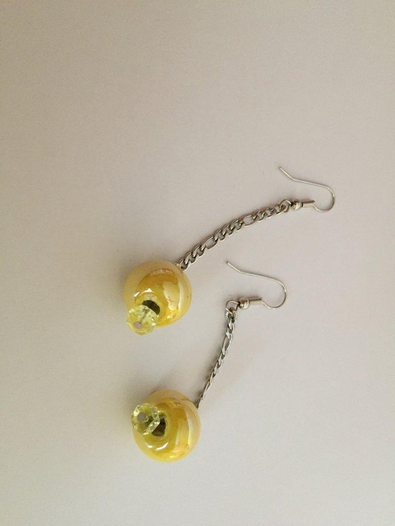 Orecchini con perle gialle in ceramica