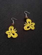 Orecchini gialli a farfalla realizzati ad uncinetto e perline di legno, orecchini pendenti fatti a mano