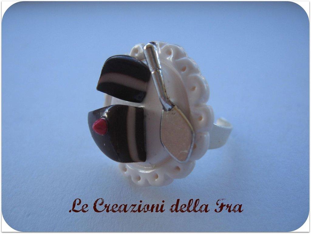 Anello con miniatura vassoio con torta
