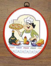 """Quadro ricamato a punto croce """"Pizzaiolo"""" con cornice ovale in plastica"""