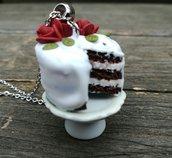 collana in fimo, torta in fimo, dolce in fimo, torta in miniatura con cake stand, pasticceria miniatura, gioiello artigianale, idea regalo