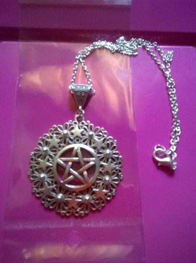 medaglione wicca con stella a cinque punte e fiore della vita