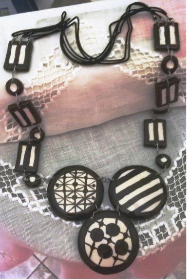 Lunga collana di ceramica con motivi bianco e nero con semisfere, lenti e rettangoli