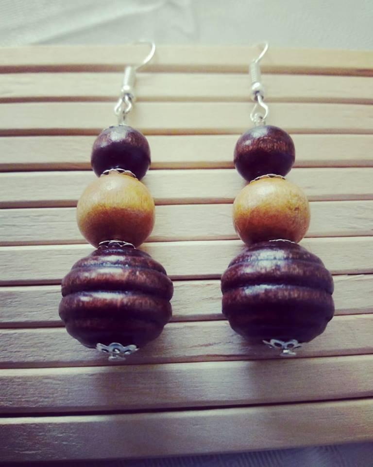 orecchini con perle in legno con tre diverse misure