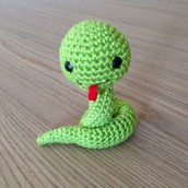 Serpente verde amigurumi fatto a mano all'uncinetto