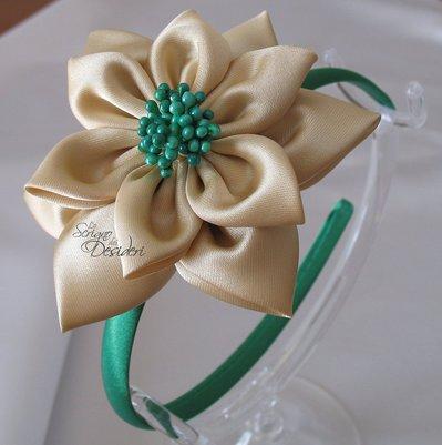 Cerchietto in raso verde con fiore Kanzashi beige