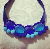 Collan blu scura e azzurra  con pon pon