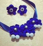 Collana fiori e pon pon blu elettrico