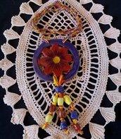 Collana di ceramica con ciondolo rosso e blu con 3 file di 3 tronchetti alla base e treccia multicolore