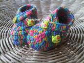 Scarpine  neonato di lana multicolor realizzate a uncinetto