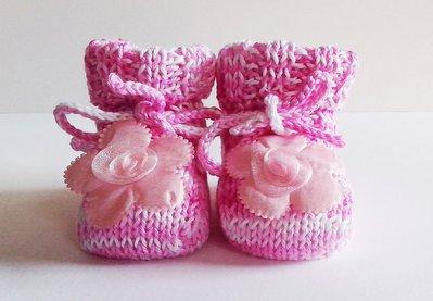 Scarpine fatte ai ferri neonato rosa con fiore centrale di cotone