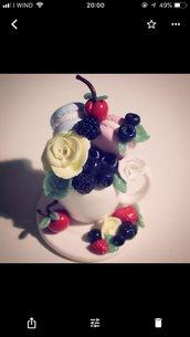 Tazzina di mirtilli,ciliegie, fragoline, rose e macaron