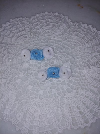 Coppia di fermaglietti con roselline di pannolenci bianche e celesti fatte a mano con al centro una perlina .Ideali per l'estate.