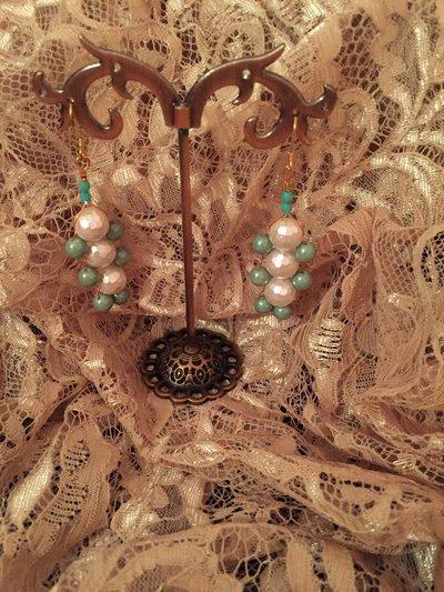 Orecchini con perle bianche  sfacettate e perle Swarovski