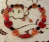 Collana lunga di ceramica con tanti elementi diversi tra loro manufatta dipinta con colori caldi