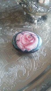 Tenera rosellina rosa dipinta su pietra