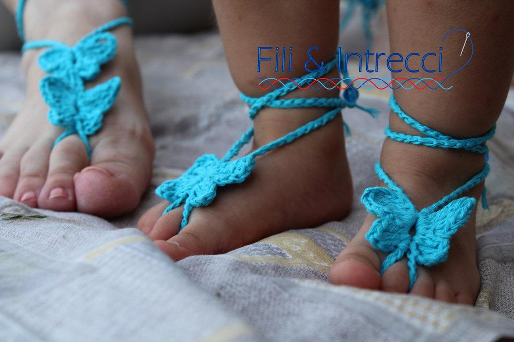 decorazioni piedi nudi mamma e bambina lavorato a mano, farfalle all'uncinetto
