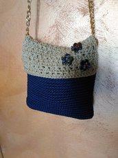 Tracolla uncinetto blu e sabbia