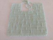 Bavaglino da baby realizzato a uncinetto con filo di scozia verde chiaro con disegno che forma delle righe di nodini a rilievo