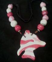 Ciondolo di ceramica a forma di pesce in mezzo a palline per collana, rosa chiaro, scuro e bianco