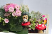 Alice in wonderland, alice nel paese delle meraviglie in fimo in 3D adagiata su funghetto