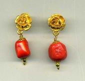 Orecchini pendenti con fiore dorato e corallo bambù color salmone
