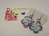 Idea Regalo Paio Orecchini Monachella Pendenti Pasta Polimerica Fiore Hawaii Azzurro Viola Cristallo Centrale Flower Earrings