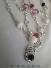 Collana lunghissima con pietre viola e bianche