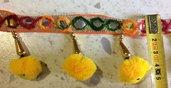 Bordura con Pom Pom colorati , Specchietti e Ciondoli - GIALLO - 1 metro -