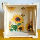 Cassettina in legno 18 cmx18 con girasoli su colore acrilico