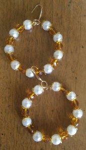 Coppia di orecchini con pendente a cerchio di perle classiche avorio e mezzi cristalli giallo senape