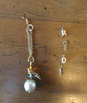 Orecchino singolo con pendente catenina dorata ed elemento composto da perla classica cristalli e ciondolo con lettera