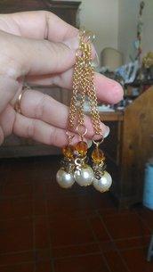 Orecchino singolo con pendente catenina dorata e ciondolo composto da perla classica cristalli e ciondolino con lettera S