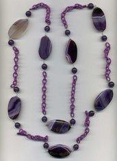 Collana lunga raddoppiabile in agata striata viola e catena in seta lilla