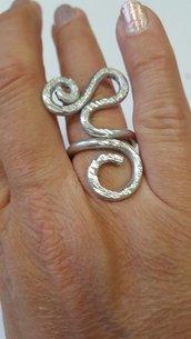 Anello in alluminio battuto regolabile. Forma astratta