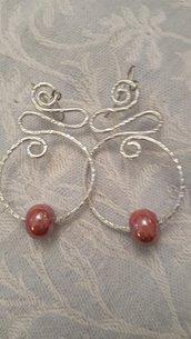 Orecchini in alluminio battuto e perle in ceramica greca