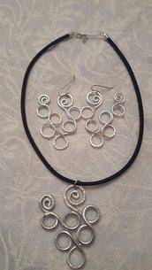Collana girocollo in seta ed alluminio battuto
