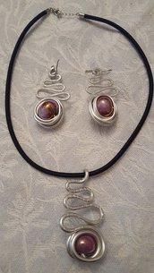 Collana girocollo in seta, alluminio battuto e perla in ceramica greca