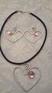 Collana girocollo in alluminio battuto, seta e cristallo Swarovski