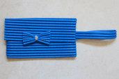 Pochette blu con manico e fiocco