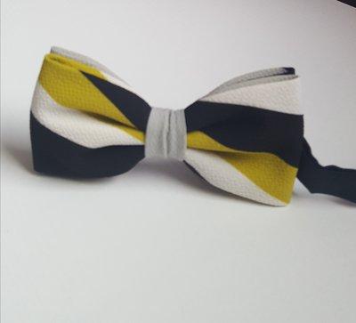 Papillon a righe nei colori nero, giallo senape e bianco