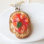 Ciondolo Bruschetta al pomodoro - Miniature in Pasta polimerica -  Cibo da indossare - Charm per ricettario, agenda, bracciale