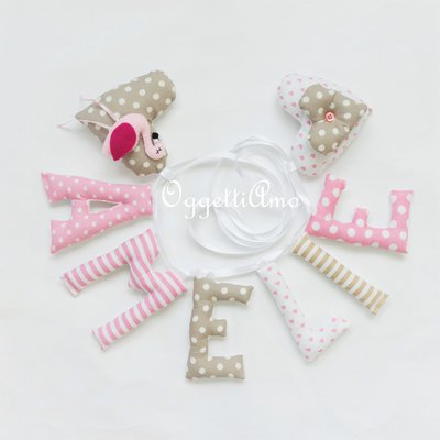 Un'idea regalo originale per decorare la cameretta di Amelie: una ghirlanda di lettere di stoffa imbottite arricchita con un fenicottero rosa per il suo compleanno!