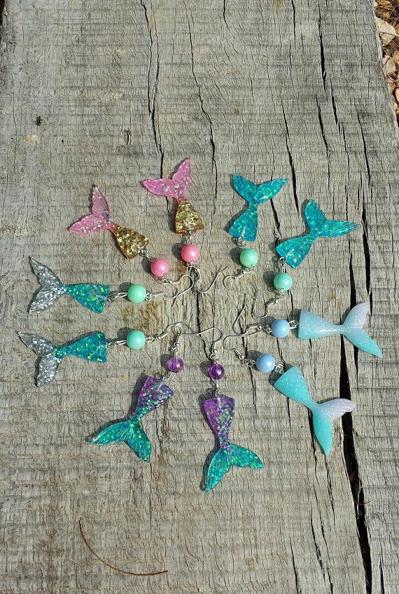 Orecchini sirena in resina, code di sirena iridescenti, gioielli estivi, orecchini estivi, gioielli estate, gioielli mare, regalo sirena